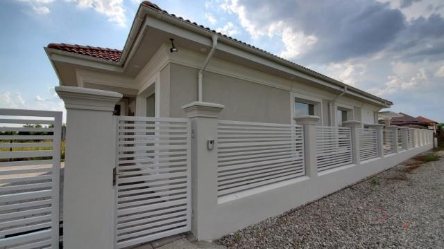 Casa de Vazare Corbeanca Tamas, gard ornamental cu elemente arhitecturale