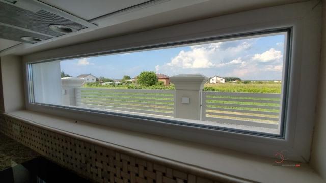 fereasta de la bucatarie a casei de vanzare din corbeanca